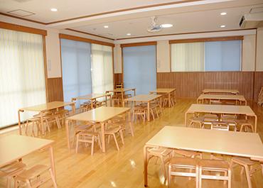 長野保育園-ランチルームの椅子