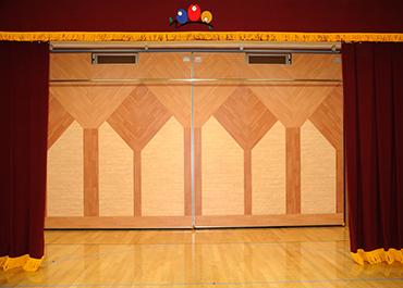 長野保育園-遊戯室の可動式ステージ